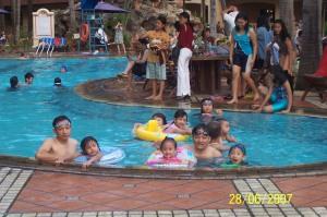 renang-di-kolam-marbella-jadi-ajang-kumpul-keluarga-yang-menghibur