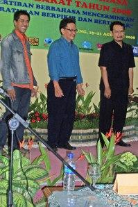 Rahim Asyik, johnherf, Sartono siap menerima penghargaan.