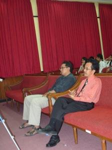 Drs. Muh. Abdul Khak, M.Hum menyimak kesan-kesan sang juara.