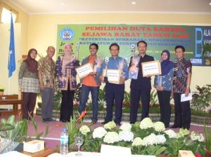 Tim Balai Bahasa Bandung bersama pemenang blog.