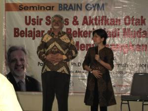 Paul E. Dennison, Ph.D. bersama penerjemah di Aula Atmajaya, Jakarta.