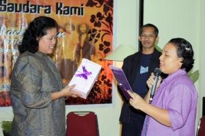 Rosmaya Usman memberikan kado perpisahan dan siap menyampaikan persembahan puisi karyanya untuk Mbak Nani.