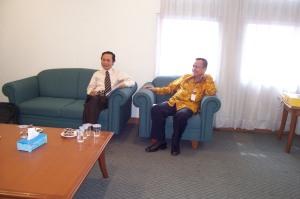 Edison Hulu, Chief Economist (kanan) bersama Drs. Satrio Prasetyo, ME (moderator)