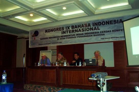 Jan van der Horst, Ulrich Kratz, Muh. A. Khak (pemandu), Hein Steinhauer membicarakan peran sastra Indonesia di Jakarta