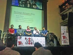 Icha (kiri) memoderatori diskusi Blog goes Mobile