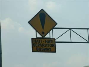 Pemisah Lajur Bus (seharusnya) Separator Busway (fakta)