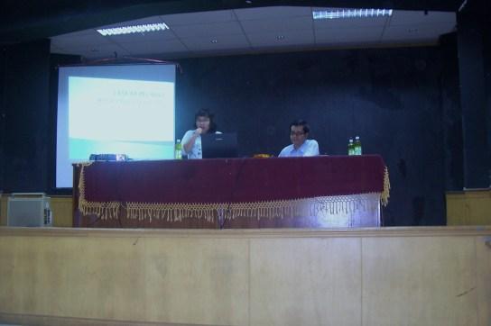Moderator tengah menyampaikan tema diskusi di aula UNJ.