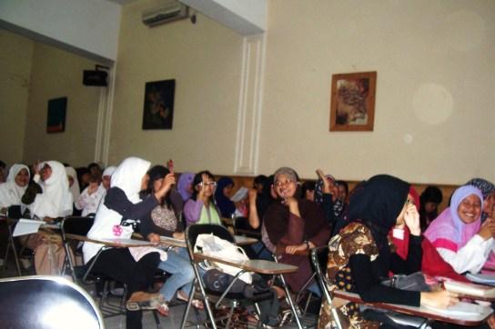 Antusiasme mahasiswa UNJ berdiskusi tentang Laskar Pelangi.