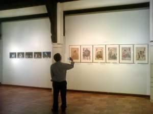 Pamusuk Eneste, pemerhati sastra dan budaya Jepang mengabadikan foto pameran Nishiki-E.