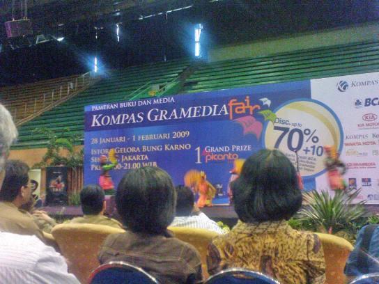 Tari Gebyar Kipas dari Bali menyambut peresmian Kompas Gramedia Fair
