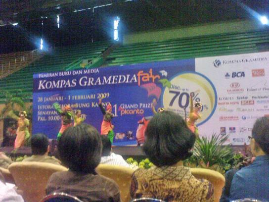 Peninjauan area Kompas Gramedia Fair dengan iringan Tari Zapin dari Sumatra.