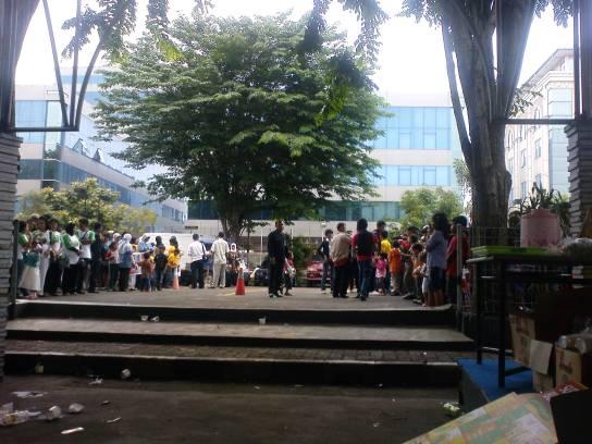 Antusiasme kelompok pendukung Idola Cilik di area parkir RCTI