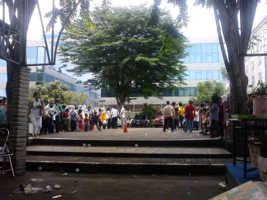 Pengelompokan pendukung Idola Cilik di area parkir sebagai persiapan sebelum memasuki studio RCTI.