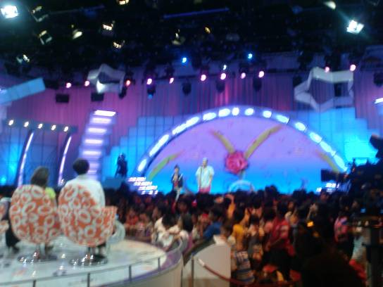 Komentator pendukung pentas Idola Cilik kerap menyemarakkan acara.