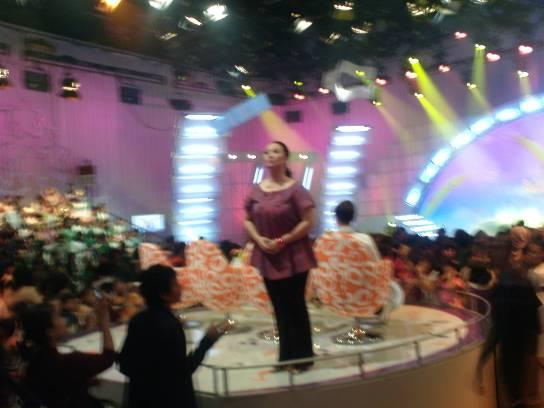 Mama Ira (Maya Sopha) menyemangati peserta dan pendukung pentas Idola Cilik.