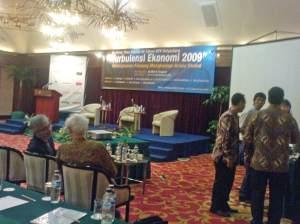 Agung Adiprasetyo berbincang Franz Magnis-Suseno, S.J. menjelang tampil selaku pembicara.
