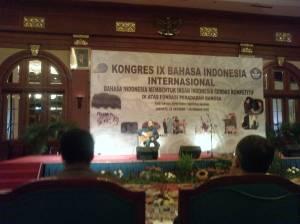 Penghargaan Ebiet G. Ade saat Kongres Bahasa Indonesia.