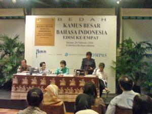 Meity Taqdir Qotratillah Taqdir, Kepala Subbidang Perkamusan dan Peristilahan (kedua dari kiri) ketika Bedah KBBI di Jakarta