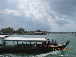 Rombongan pekerja media menuju Pulau Penyengat